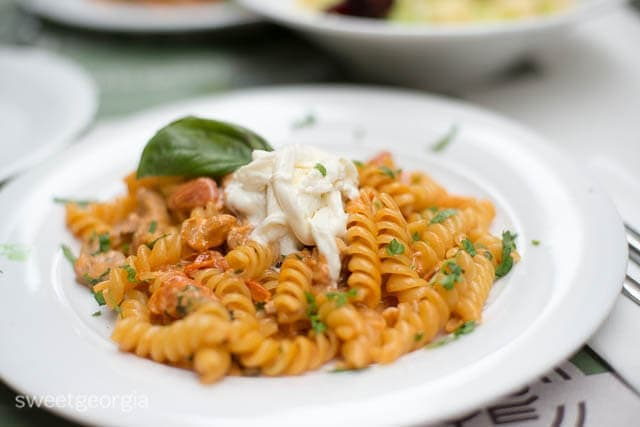 Fusilli with strips of meat, cherry tomatoes and  stracciatella Moyé style